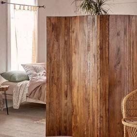 Paravent en bois dans la chambre d'une maison privée