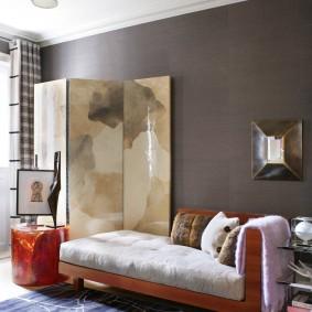 Canapé-lit près du mur gris