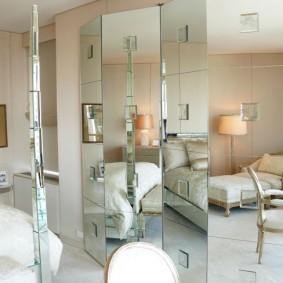 Écrans à battants en miroir dans la chambre