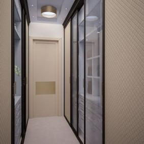 Miroirs à l'intérieur d'un couloir étroit