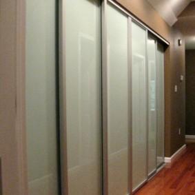 Armoire en verre dépoli dans le couloir