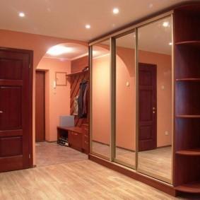 armoire avec étagères ouvertes dans la section d'angle