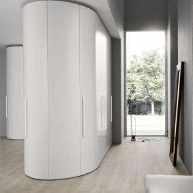 Armoire blanche dans le couloir d'une maison privée
