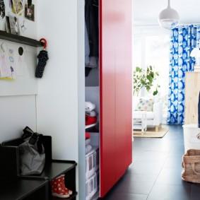 Porte rouge sur une armoire encastrée