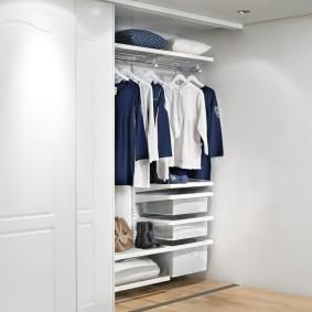 Les choses à l'intérieur de l'armoire coulissante
