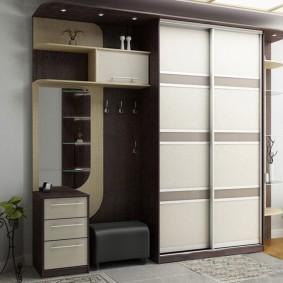 Meubles d'armoire dans le couloir d'une maison privée