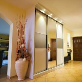 Éclairage d'une armoire coulissante avec portes vitrées