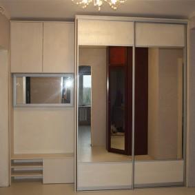 Mobilier modulaire tout au long du mur du couloir