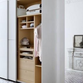Armoire blanche avec étagères en bois aggloméré