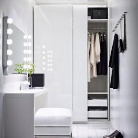 Ampoules sur le miroir dans le couloir
