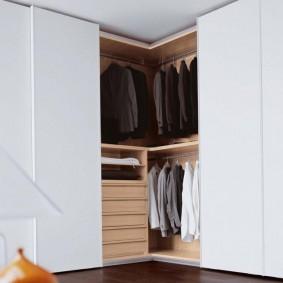 Vêtements pour hommes dans un grand placard