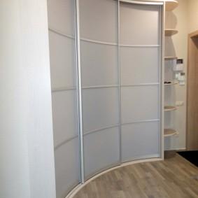 Portes concaves sur l'armoire d'angle