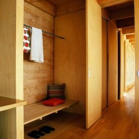 Armoire encastrée dans une maison en bois