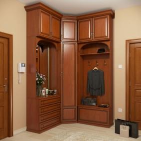 Meubles marron pour un petit couloir