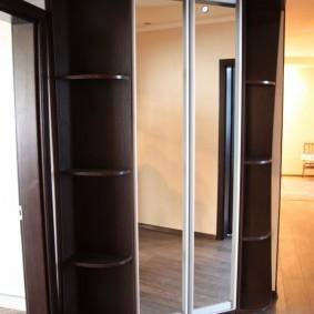 Couloir d'angle avec mobilier fonctionnel