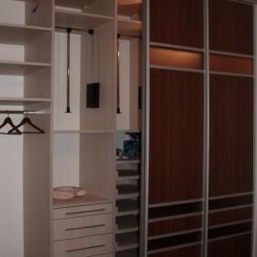 Étagères et tiroirs dans l'armoire à châssis