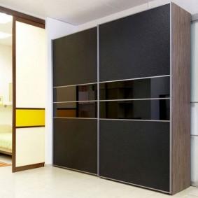 Place pour une armoire à l'intérieur du couloir