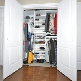Aspirateur jaune dans une armoire à portes battantes