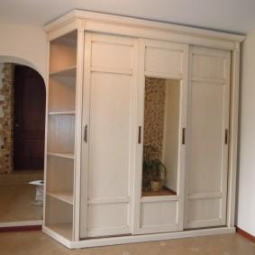 Étagères pratiques sur le côté de l'armoire dans le couloir