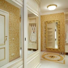 Insert de miroir sur la porte de l'armoire dans un style classique