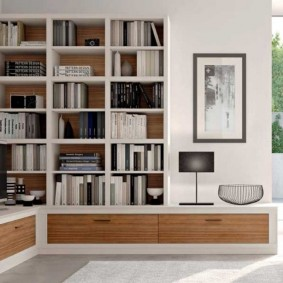 Rangement des livres dans le mur du salon