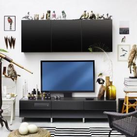 Grande armoire suspendue au-dessus du téléviseur dans le salon