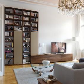Mur haut avec étagères pour livres