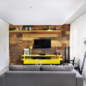 Meubles jaunes sur le mur en bois du salon
