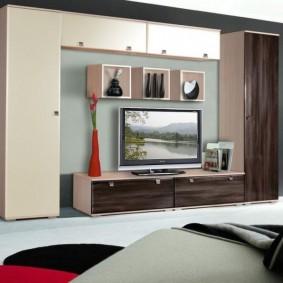 Mur dans le salon avec des armoires étroites