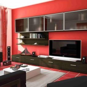 Meubles noirs dans un salon rouge