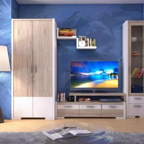 Papier peint bleu à l'intérieur du salon
