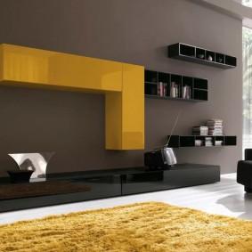 Module suspendu jaune dans une pièce de style moderne