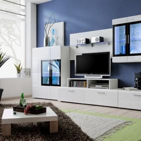 Mur blanc sur le fond du mur bleu du salon