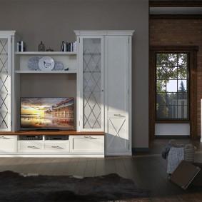 Mur blanc dans le salon avec plancher en bois