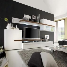 Meuble d'armoire blanc près du mur noir