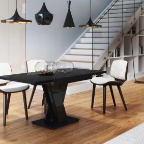 Lampes noires sur la table à manger