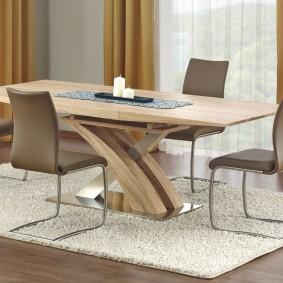 Table à manger sur un tapis léger dans le salon