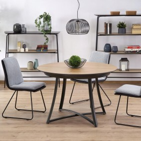 Table ronde sur pieds en métal