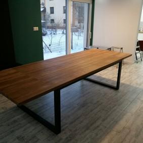 Table longue de style industriel
