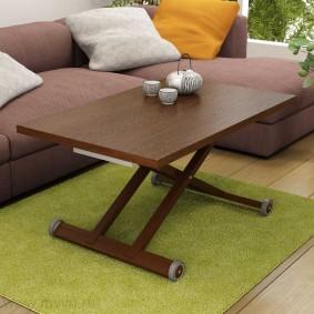 Table basse sur un tapis vert