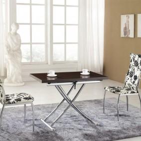 Table élégante avec pieds chromés