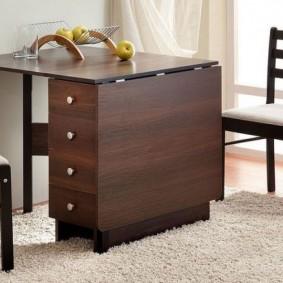 Table compacte avec tiroirs pratiques