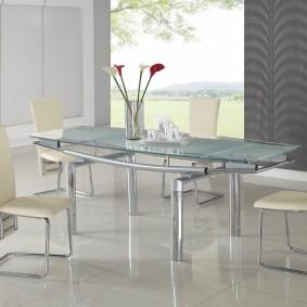Table en verre sur une base en métal