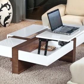 ordinateur portable sur une table transformante dans un salon