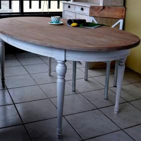 Petite table à manger dans le salon