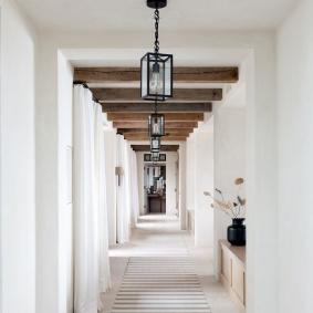 Poutres transversales au plafond d'un couloir blanc