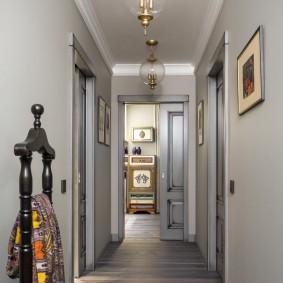 Long couloir dans un appartement en brique