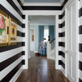 Rayures noires sur le mur du couloir