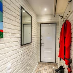Veste rouge dans un couloir blanc