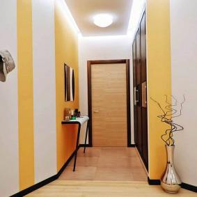 Couleur jaune à l'intérieur du couloir